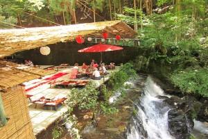 Uniknya Nagashi Somen, Menikmati Mie dalam Pipa Panjang Bambu Sungai